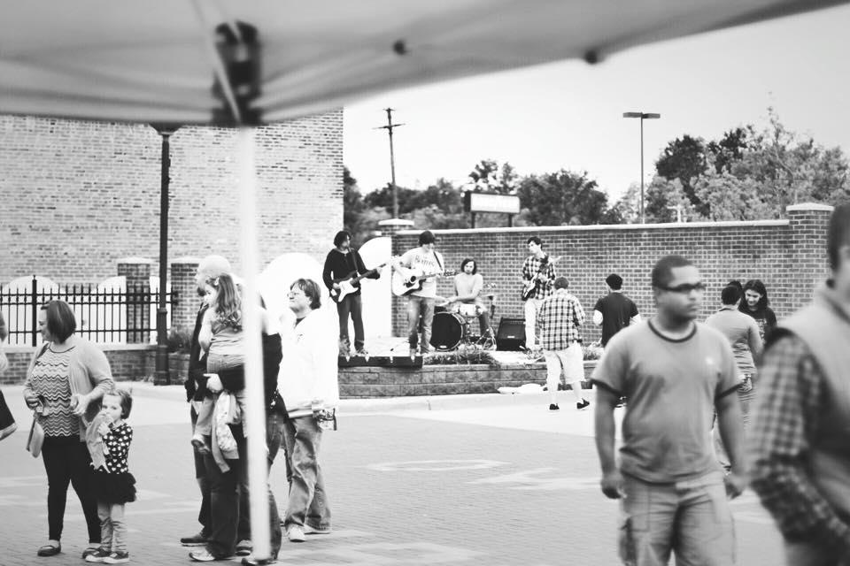 band-playing-market
